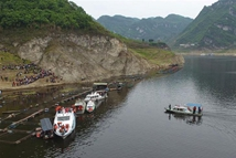 贵州客车翻车坠河事故致13死6伤