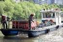 杭州:运河美容师 打捞垃圾忙