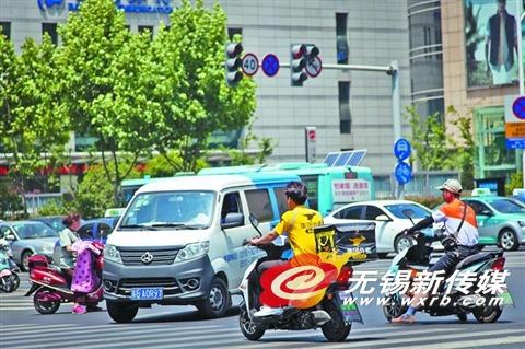 """无视红绿灯标志线 外卖小哥成无锡""""马路杀手"""""""