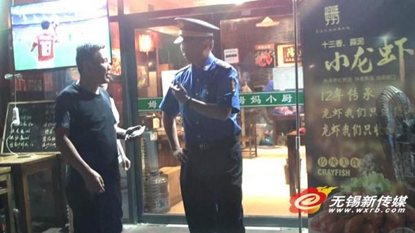 中考遇上世界杯 无锡城管巡查夜排档噪音扰民