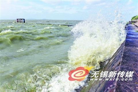 """台风""""玛莉亚""""外围影响 太湖大浪拍岸"""