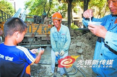 无锡沁园二社区居民为施工工人送绿豆汤解暑