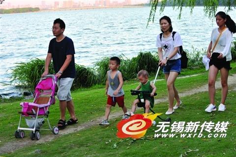 无锡蠡湖边风光优美 市民结伴而来休闲游玩