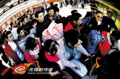 """在汽车站广场前,停着一辆""""无锡汽车站流动售票车"""""""