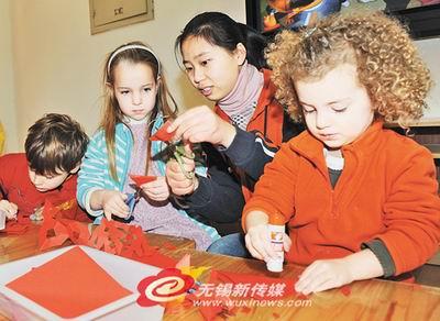 近日,无锡市滨湖实验幼儿园老师为来园学习的外国小朋友们传授剪窗花