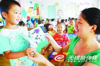 无锡宜兴市大浦幼儿园:亲手做贺卡传递尊师情